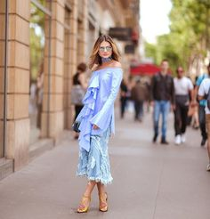 Think blue! 💙 | Outsite @eliesaab wearing @elleryland top and @gucci heels! --- Toda de azul para o desfile de @eliesaabworld! gostam dessa proposta mais ampla!? #thassiafrenchdays #thassiastyle #ootd 📸 @rhaiffe
