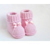 These cute baby booties are the perfect accessories for your baby! Use this newborn baby booties free knitting pattern to make your own now! For the little ones knitting bootees with knitting needles two workshops bootees knitting needles workshops allesf Baby Booties Knitting Pattern, Knitted Booties, Crochet Baby Booties, Baby Knitting Patterns, Baby Patterns, Free Knitting, Kids Knitting, Hat Crochet, Baby Boy Booties
