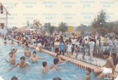 La imagen puede contener: 5 personas, multitud y exterior