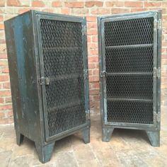 Petit meuble d' atelier d' usine 1 porte grillagée en belle patine d' origine pour une décoration industrielle. Elle se compose à l'intérieur de 3 étagères métal.  Prix : 460...