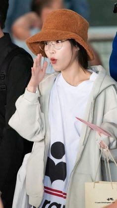 IU 181216 Suvarnabhumi Airport (Bangkok) Iu Fashion, Fashion Looks, Airport Fashion, Airport Style, Suvarnabhumi Airport, Simple Pictures, Just Girl Things, Queen, Korean Beauty