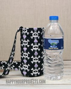 Looks quick & uses a simple fast design Make this DIY water bottle sling for hands-free carrying in about 15 minutes with this easy pattern. Water Bottle Carrier, Water Bottle Covers, Bottle Bag, Diy Bottle, Easy Sewing Projects, Sewing Tutorials, Free Tutorials, Bottle Holders, Tricks