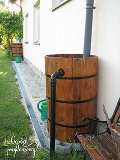 Od bardzo dawna czytelnicy bloga prosili mnie o instrukcję wykonania drewnianej beczki na deszczówkę. I po paru latach nadszedł dzień, że mogę spełnić tę prośbę. Oto i ona, wersja 3.0, a do niej pełen instruktaż, z moimi poradami. Back Gardens, Small Gardens, Outdoor Gardens, House Gutters, Shade Perennials, Shade Plants, Water Barrel, Shade Grass, Water Storage
