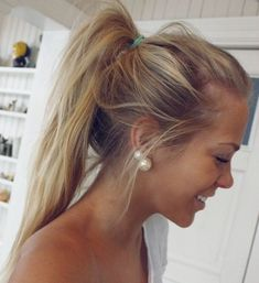 i love her natural makeup, her high messy ponytail, and her big pearls!
