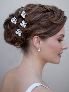 Amanda McMahon Accessories bridal hair pins work really well for wedding hairstyles like this. Curly Wedding Hair, Elegant Wedding Hair, Short Hair Updo, Bridal Hair Pins, Curly Hair Styles, Perfect Wedding, Curly Bun, Elegant Updo, Wedding Nails For Bride