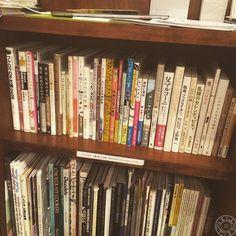 【今日の本棚】無人古本屋BOOKROADさんによる本の入れ替え終了。またまた面白そうな本が入りました。お茶とお菓子と一緒にお楽しみくださいませ。 #aklabo