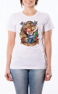 T-Shirt donna con frase: Aurora - La Bella addormentata. Maglietta bianca con stampa digitale diretta, grafica stampa: quadricromia