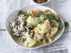 Blumenkohl-Süßkartoffel-Curry  - einfaches veganes Essen mit den Aromen Thailands. So gehts: http://eatsmarter.de/rezepte/blumenkohl-suesskartoffel-curry