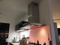 Novy - Flatline bei unserem Premium-Partner Plana  in Germersheim  #Plana #Germersheim #Küchenstudio #Muldenlüftung #Deckenhaube #Schranklüfter #Inselhaube #Wandhaube #Kochfeld #Dunstabzug #downdraft #Dunstabzugshaube #Küche #Induktionskochfeld #Schräghaube #Umluft Partner, Bathroom Lighting, Conference Room, Mirror, Table, Furniture, Home Decor, Exhaust Hood, Ceilings