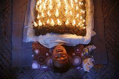 داشیان یک مراسم مذهبی بین هندوها در نپال است. یک فدایی پیرو این آئین، روی خود چراغ های نفتی کوچکی گذاشته است.