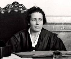 Victoria Kent  (Málaga, 1898-Nueva York, 1987) estudió Derecho en la Univ. de Madrid, ejerciendo como abogada. Tras proclamarse la II República, se presentó a las elecciones por el Partido Radical Socialista, obteniendo un escaño de diputada. Fue Directora General de Prisiones (1931-34), introduciendo reformas para humanizar el sistema penitenciario. Paradójicamente, a pesar de su feminismo, se opuso a la concesión del derecho de voto a las mujeres, pues creía que votarían conservador