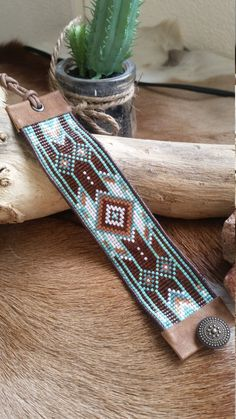 This Indian Blue Miyuki Bracelet is made from Japanese Miyuki beads and is finished with genuine leather. The lenght is adjustable so 1 size fits all. Lenght: 16 cm (Measured without the leather cord) Width: 3,5 cm Deze Indian Blue Miyuki Turquoise Armband is gemaakt van Japanse Miyuki