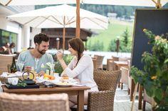Frühstücken auf der Sonnenterrasse Design Hotel, Superior Hotel, Snow Skiing, Modern, Table Decorations, Furniture, Home Decor, Cosy Room, Vacation