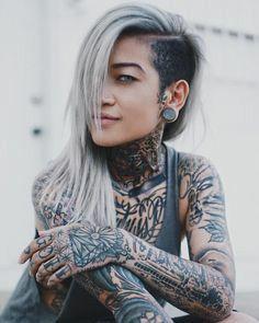 Paar Tattoos, Bild Tattoos, Pelo Guay, Shaved Long Hair, Model Tattoo, Half And Half Hair, Undercut Long Hair, Corte Y Color, Tattoed Girls