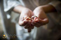 Carolina y Alberto se casaron con unas alianzas de oro amarillo de doble acabado texturizado-brillo <3 Fotografía de Pedro Zamorano