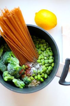 One pot pasta med broccoli, edamamebønner og parmesan - Anna Mad Healthy Food Choices, Healthy Snacks, Healthy Eating, Healthy Recipes, Quick Vegetarian Meals, Vegetarian Cooking, Clean Recipes, Veggie Recipes, Recipes Dinner
