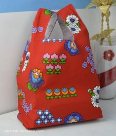 DIY Videotutorial How to sew a shopping bag in .- DIY Videotutorial Come cucire un sacchetto per la spesa in stoffa – Cucire a Mac… DIY Videotutorial How to sew a cloth shopping bag – Machine Sew - Bag Patterns To Sew, Sewing Patterns, Lana, Purses And Bags, Shopping Bag, Origami, Sewing Projects, Lunch Box, Pouch