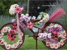 Beautiful Floral Bike ~ A lovely childhood memory ~ this reminds me of when we used to decorate our bikes for parades. Deco Floral, Arte Floral, Arreglos Ikebana, Bike Decorations, Bike Parade, Yard Art, Beautiful World, Flower Power, Floral Arrangements