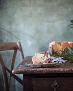 Peanutbutter bundt cake Erdnuss-Schoko Gugelhupf Ich mag ja so einfache Gugel. Besonders wenn der helle Teig nach Erdnussbutter schmeckt. #patrickrosenthal #gugelhupf #bundtcake #erdnussbutter #peanutbutter #rezept #recipe #food #foodphotography #foodblogger #foodstylist #instafood #feedfeed #ichliebefoodblogs #rezeptebuchcom