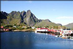 Port et village de rorbuer dans la localité de Ballstad Solsiden