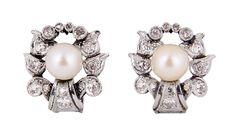 Pendientes rosetón en platino, ca. 1940. Perla cultivada central, con orla de diamantes talla brilante de motivo floral, ca. 0,40 cts de peso total.