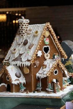 100 Gingerbread House Ideas to give your Christmas Party a Delicious Dose of Happiness - Hike n Dip Thinking about Gingerbread house decorating party? Then you have to have a look at these delicious and cute Gingerbread house ideas right here. Cool Gingerbread Houses, Gingerbread House Designs, Gingerbread Village, Christmas Gingerbread House, Christmas Treats, Christmas Baking, Gingerbread Cookies, Christmas Cookies, Christmas Time
