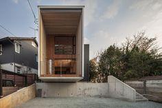 Construído na 2015 na Toyohashi, Japão. Imagens do Satoshi Asawaka. Esta casa japonesaprojetada porTTAA / Tatsuyuki Takagi está disposta como uma estrutura mista, de baixo custo, que possui um espaço impressionante....