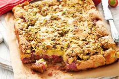Krokante deegbodem met een topping van aardbeien en pistachenoten. Heerlijk - Recept - Allerhande
