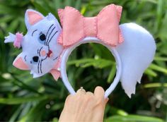 White kitten with pink bow theme park headband! Felt, handstitched, made to order. White kitten with pink bow theme park headband! Felt, handstitched, made to order. Disney Diy, Diy Disney Ears, Disney Crafts, Disney Ears Headband, Disney Headbands, Disney Minnie Mouse Ears, Diy Cadeau, Barrettes, Scrunchies