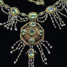 Exquisitely made in the late Victorian period! Various shaped bright green peridot, beautifully offset by the yellow goldwork and highlighted with pearl fringe 💚 For more details, please click the link in my bio 😊 Victorian Jewelry, Antique Jewelry, Vintage Jewelry, Antique Necklace, Fringe Necklace, Pearl Choker, Gold Work, Green Peridot, Gold Filigree