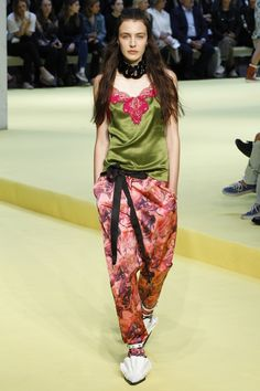See the complete Marques ' Almeida Spring 2017 collection from London Fashion Week.