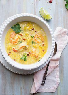 Los pasos para hacer una buena sopa de pescado son hacer un fondo de hortalizas, utilizar pescados buenos para cocer acompañados de moluscos o mariscos, utilizar espesantes del caldo (tipo miga de pan, harina, frutos secos machacados, etc...)