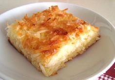 Mané Pelado é um bolo delicioso de mandioca, queijo minas e coco, que combina perfeitamente com o seu lanche. Experimente! Veja Também:Bolo de Mandioca Co