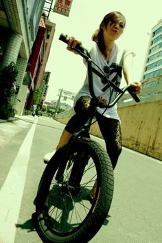 Girl on bicycle Bmx Bikes, Sport Bikes, Bmx Bandits, Fixed Gear Girl, Gt Bmx, Bmx Girl, Bicycle Types, Female Cyclist, Fixed Gear Bicycle