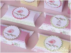 Caixinha para guloseimas ou lembrancinhas, confeccionada em papel de alta gramatura (180g) Matte (fosco). <br> <br>Pode ser utilizado como lembrancinha e/ou para compor a decoração da mesa da festa. <br> <br>Medidas aproximadas: 9 x 7 x 3 cm <br> <br>PEDIDO MÍNIMO: 10 unidades <br> <br>*Irá desmontado e vazio. <br> <br>**Fazemos em qualquer tema. Consulte-nos**