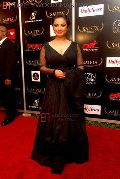 Divya Dutta looking ravishing in an all black outfit on the red carpet at SAIFTA Divya Dutta, Kurti Sleeves Design, Indian Natural Beauty, Ranveer Singh, All Black Outfit, Beautiful Bollywood Actress, Priyanka Chopra, Sleeve Designs, Red Carpet