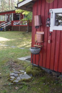 Huussi on somistettu vanhoilla lyhdyillä ja lahjaksi saaduilla koriste-esineillä. unelmientalojakoti ja huussi . Outdoor Sinks, Outdoor Bathrooms, Outdoor Rooms, Outdoor Living, Outdoor Decor, Outhouse Bathroom, Camping In The Woods, Garden Sink, Summer Cabins
