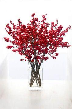 Menos es más: un jarrón de vidrio y un montón de bayas rojas #ideas #decoracion #Navidad