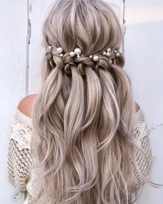 Why not let your hair down on your wedding day?🌿Whether you're thinking about embracing your hair's natural texture, glamming things up with curls or waves, or topping off your locks with delicate fresh flowers, a hair accessory, or even nothing at all, there is plenty of options that gives that effortless, natural look!🌸 . Photo via @weddingharinspo stylist @alexandralee1016🙏 Prom Hairstyles For Short Hair, Ponytail Hairstyles, Bride Hairstyles, Hairstyles With Bangs, Bangs Updo, Updo Hairstyle, Updos, Braided Prom Hair, Prom Hair Updo