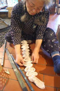 Itajime indigo from the Shibori Workshop. via shibori workshop Mais Fabric Dyeing Techniques, Tie Dye Techniques, Textiles Techniques, Shibori Fabric, Shibori Tie Dye, Dyeing Fabric, Textile Dyeing, Art Textile, Japanese Textiles