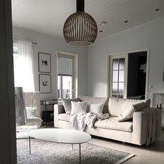 Vaaleasti sisustustettu olohuone ja kauniit yksityiskohdat