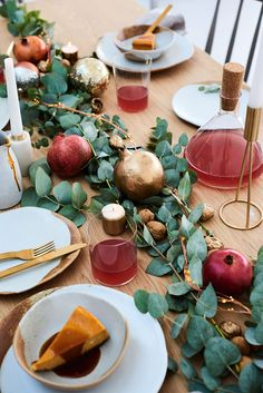 Need some last-minute Christmas table inspiration? Pair eucalyptus with fresh pomegranates So simple and clean yet warm and inviting Christmas Dining Table, Christmas Table Settings, Christmas Tablescapes, Christmas Table Decorations, Holiday Tables, Christmas Lunch, Italian Christmas, Rustic Christmas, Christmas 2019