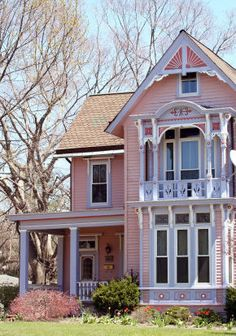 Pretty in Pink Victorian Homes and Cottages! Victorian Style Homes, Victorian Cottage, Folk Victorian, Pink Houses, Old Houses, Building Renovation, Victorian Architecture, Rose Cottage, Victorian Fashion