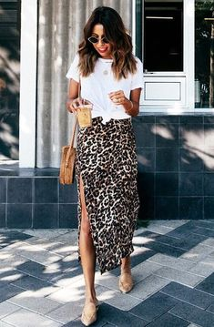 T-shirt branca com nozi… Trend Alert: Midi Skirt – Guita Moda. White T-shirt with waistline, animal print skirt with side slit, slim-toed nude mule Spring Summer Fashion, Spring Outfits, Autumn Fashion, Summer Outfit, Spring Style, Autumn Outfits, Summer Chic, Spring Dresses, Casual Summer