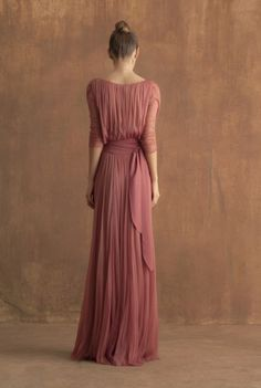 Long dress in silk tulle, cross a V-neck on the back, three quarter length sleeves and gathered fabric at the waist. The dress comes with a satin belt in a matching tone. Ready-to-wear with an artisanal touch, crafted in Barcelona.