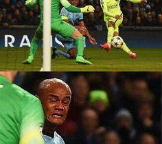 Belg wygląda jakby robił twardą kupę • Mina Vincenta Kompany przy strzale Luisa Suareza w Lidze Mistrzów • Zobacz śmieszne zdjęcie >> #mancity #manchestercity #football #soccer #sports #pilkanozna #funny