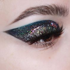 A very NYE appropriate look from earlier this year 🎉🎇🥂 I might recreate this one soon, clearly into oversized wings currently! Eye Makeup Art, Kiss Makeup, Eye Art, Beauty Makeup, Hair Makeup, Makeup Goals, Makeup Inspo, Makeup Inspiration, Eyebrows