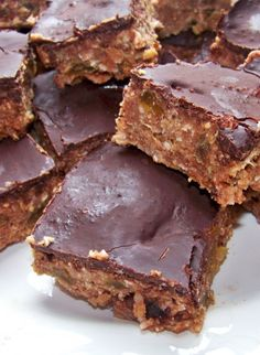 Stop paying high prices for store-bought protein bars and try these amazing Homemade Protein Bars instead!