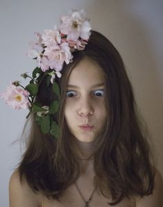 Anixi - anixi med blomster på hodet - happy, funny creative moments with my daughter