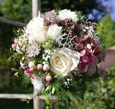 Ein Herbst-Brautstrauß, bestehend aus Rosen, Lysianthus, Hortensien, Hypericum, Sedum, Asparagus, und etwas grün.
